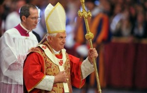 Le pape Benoît XVI célébrant une messe solennelle à l'occasion du 50ème anniversaire du décès de Pie XII - 09 octobre 2008, par Mangouste 35 (Wikimedia Commons)