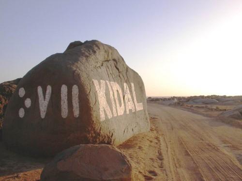 Entrée à Kidal, ville touareg du Mali, au centre du massif de l'Adrar des Ifoghas. Photo de Alicroche.