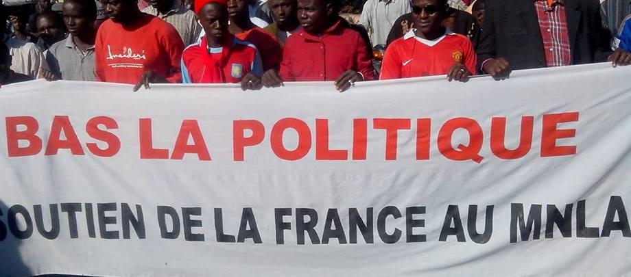 Des marcheurs tenant une banderole / Photo: Boubacar