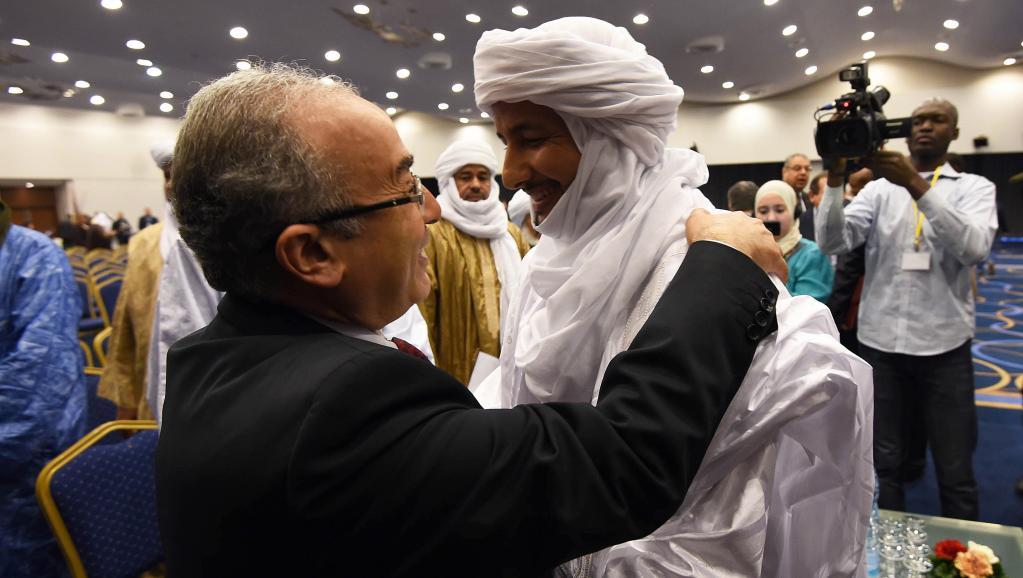 Le médiateur algérien Ramtane Lamamra avec le secrétaire général du MNLA, Bilal Ag Acherif, le 1er mars 2015. AFP PHOTO / FAROUK BATICHE